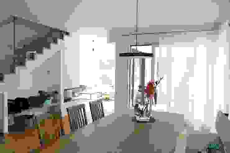 Esstisch, Blick ins Wohnzimmer Moderne Esszimmer von archipur Architekten aus Wien Modern Massivholz Mehrfarbig