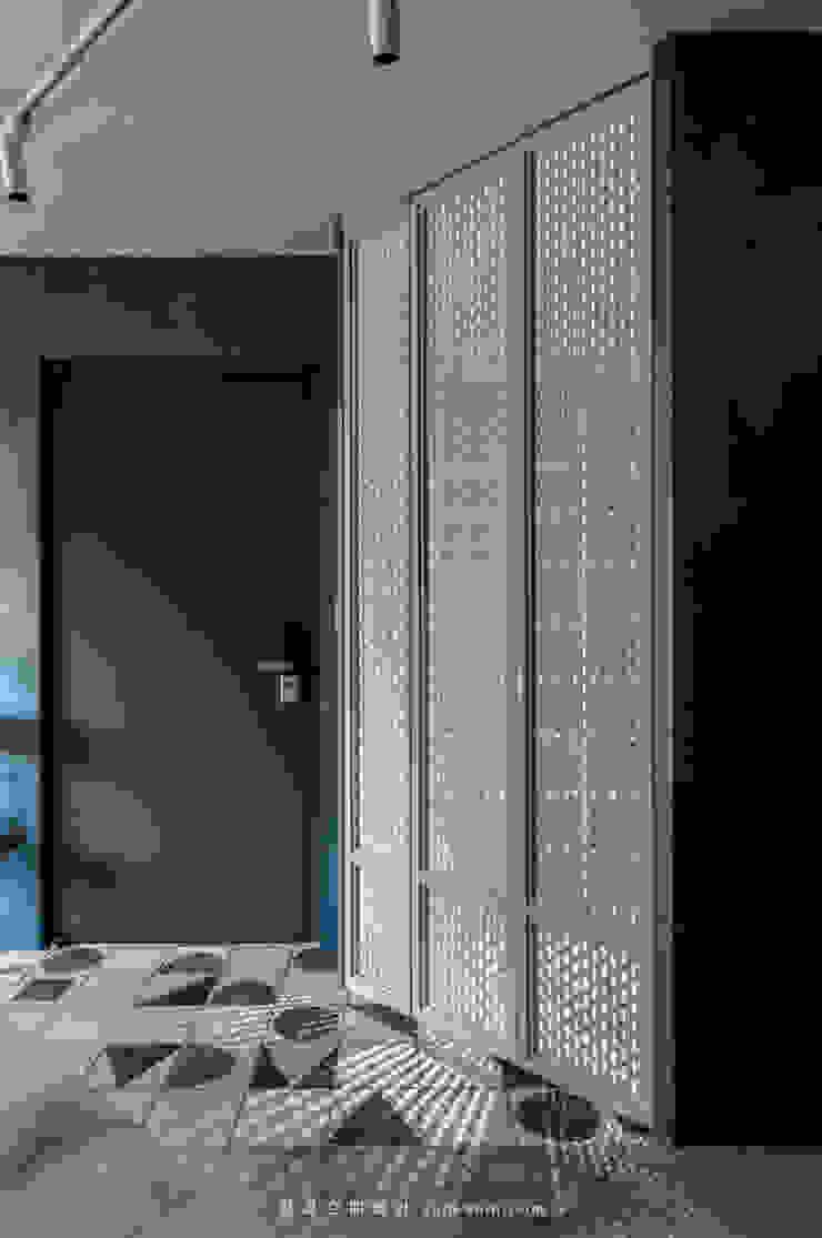 Shoe cabinet 現代風玄關、走廊與階梯 根據 湜湜空間設計 現代風