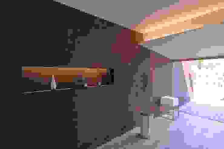 studio m+ by masato fujii Pareti & Pavimenti in stile asiatico