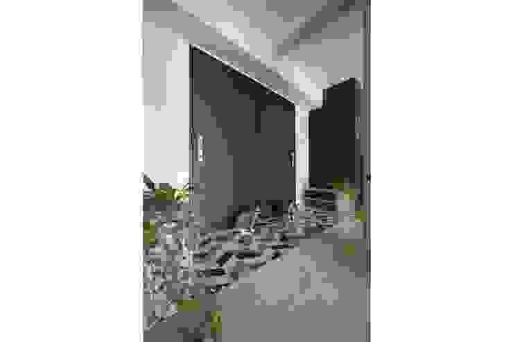 寵物與小孩的療癒居家 現代風玄關、走廊與階梯 根據 微自然室內裝修設計有限公司 現代風