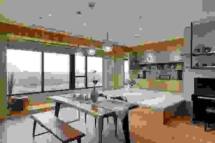 Salas multimedia asiáticas de 微自然室內裝修設計有限公司 Asiático
