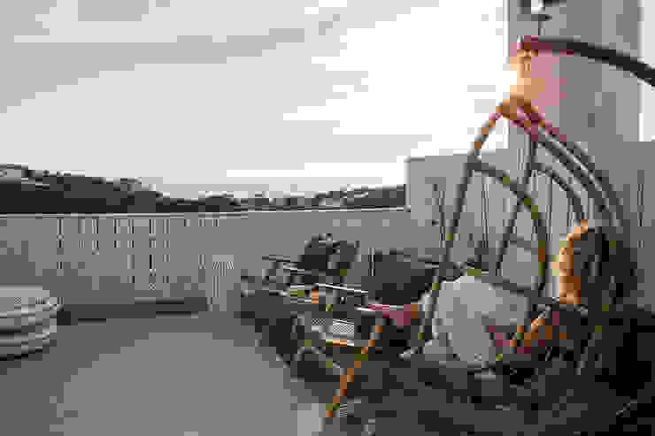 Staging Factory Scandinavian style balcony, veranda & terrace