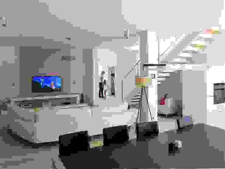 Wohnzimmer: modern  von archipur Architekten aus Wien,Modern Leder Grau