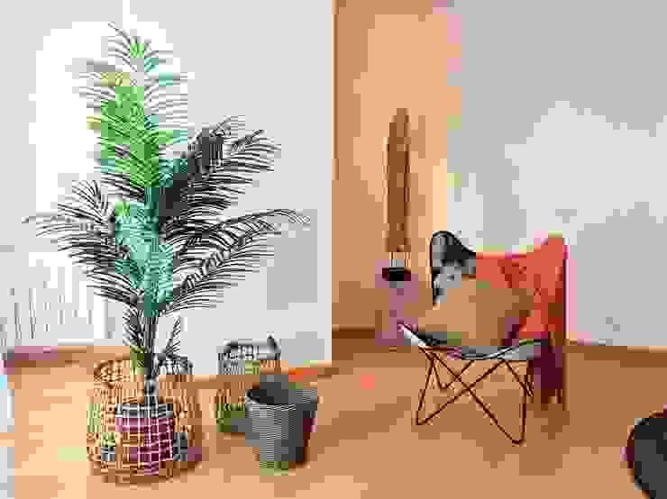 Escultura, piel de potro, color coral de A interiorismo by Maria Andes Moderno