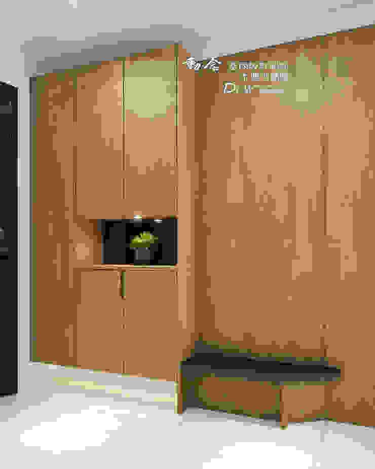 玄關系統展示櫃 亞洲風玄關、階梯與走廊 根據 木博士團隊/動念室內設計制作 日式風、東方風 木頭 Wood effect