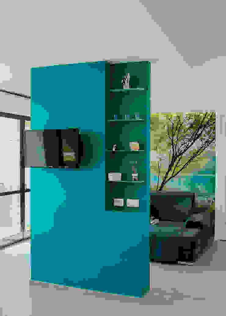 Paredes e pisos modernos por piùottosei architettura Moderno Concreto