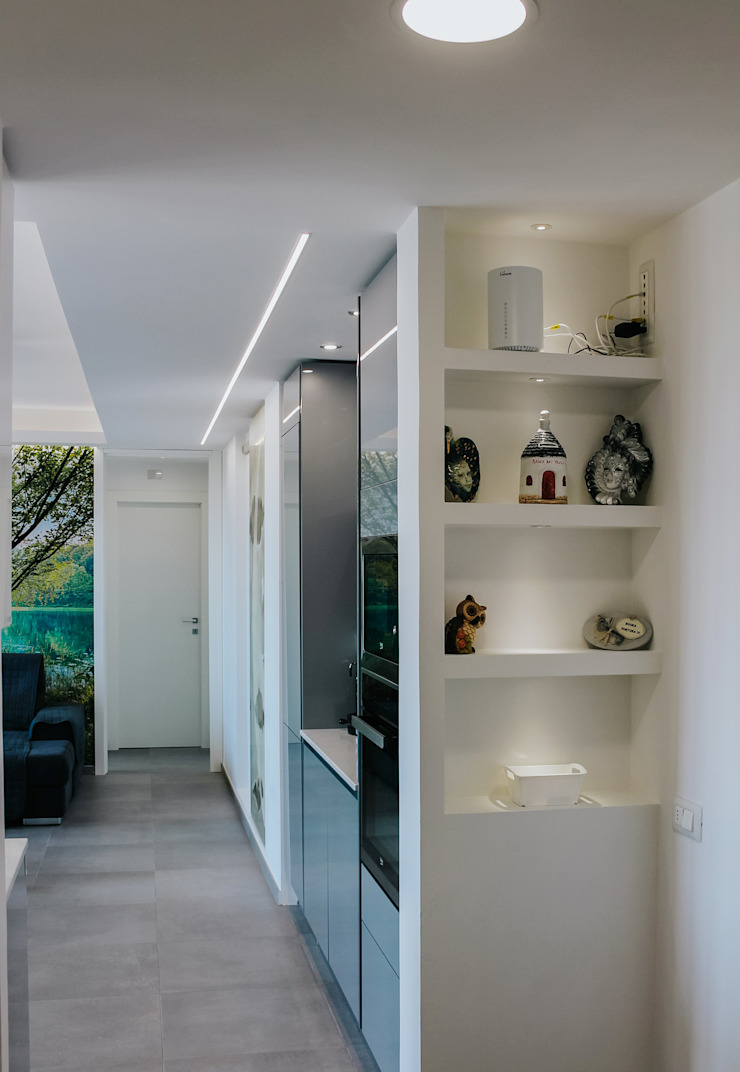 Corredores, halls e escadas modernos por piùottosei architettura Moderno