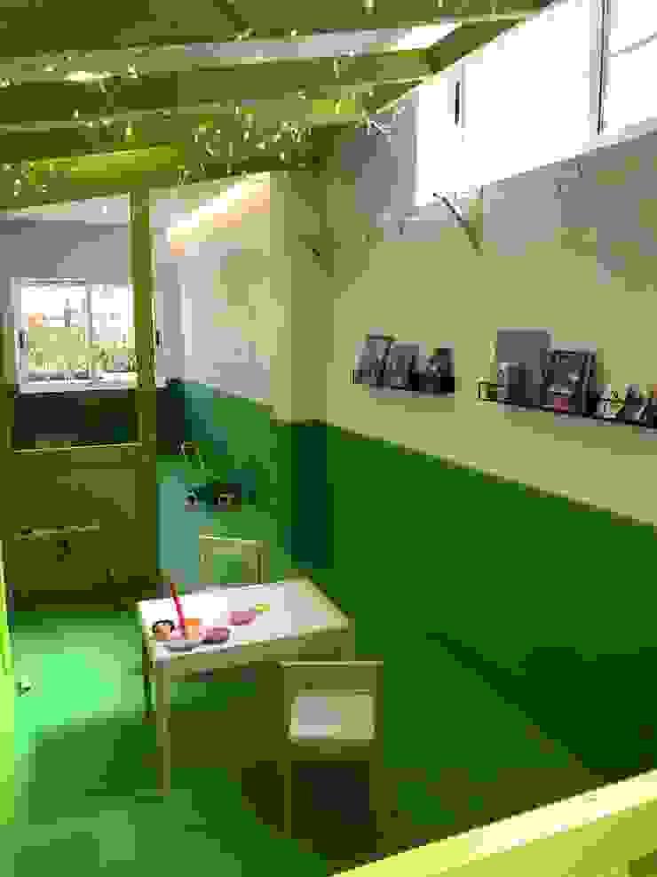 Casita de juegos y zona de lectura Escuelas de estilo moderno de A interiorismo by Maria Andes Moderno Compuestos de madera y plástico