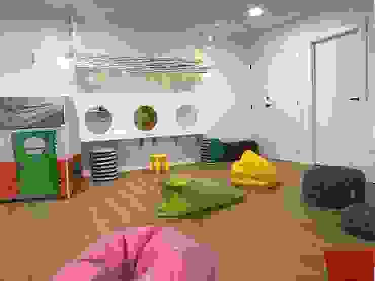 Decoración de Zona de disfraces Escuelas de estilo moderno de A interiorismo by Maria Andes Moderno Compuestos de madera y plástico
