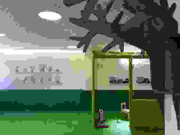 Diseño de zona de juegos para bebés hasta 3 años Escuelas de estilo moderno de A interiorismo by Maria Andes Moderno Compuestos de madera y plástico