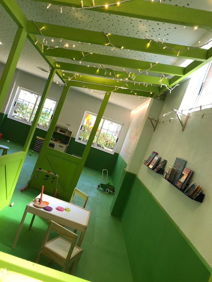 Diseño de zona de lectura para niños Escuelas de estilo moderno de A interiorismo by Maria Andes Moderno Compuestos de madera y plástico
