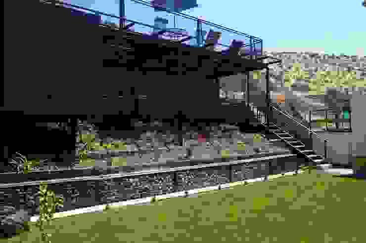 Proyecto Patio trasero casa Lomas de Lo Aguirre Balcones y terrazas industriales de Triptico Diseño y Construcción Industrial