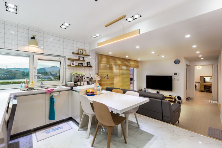 화이트톤 타일과 가구, 그리고 고급스러운 바닥 마감재로 시공한 주방 한글주택(주) 주방 설비