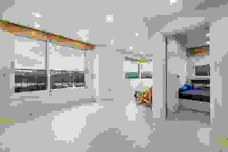 주변 자연을 감상할 수 있는 2층 가족실 한글주택(주) 모던스타일 거실