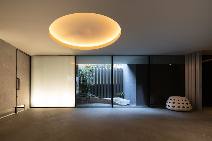 スカイツリーを望む浅草雷門の住まい の JWA,Jun Watanabe & Associates モダン 石