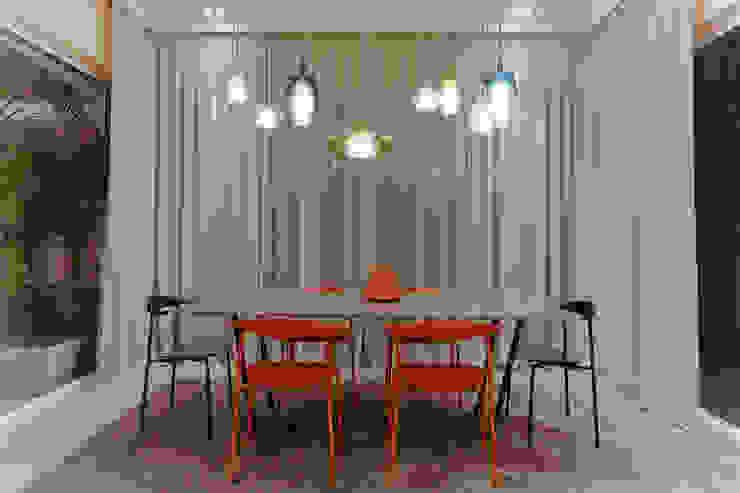 PRE-FABulous Sala da pranzo in stile tropicale di Legnocamuna Case Tropicale