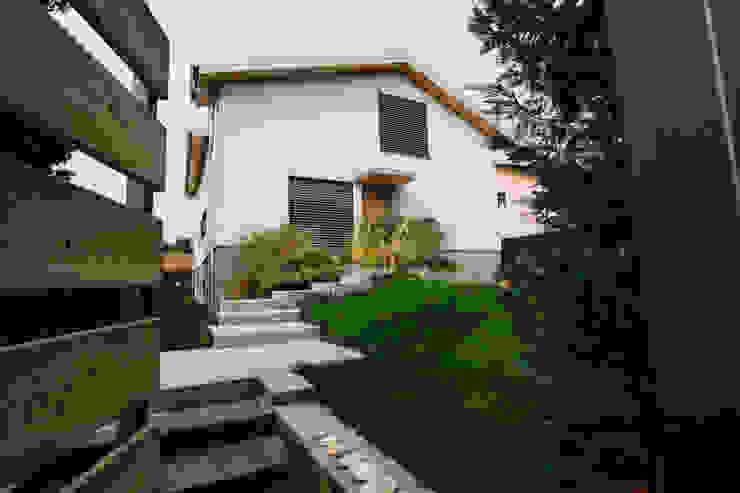 Casa Mario Case moderne di Legnocamuna Case Moderno