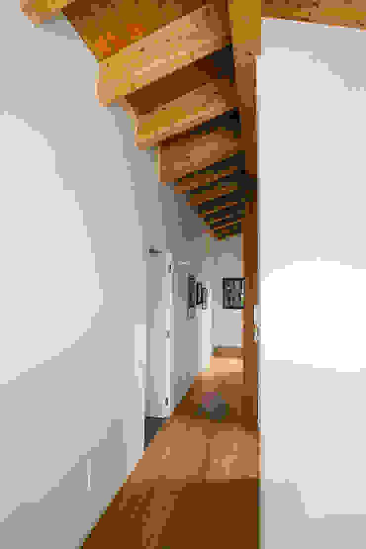 Casa Mario Ingresso, Corridoio & Scale in stile moderno di Legnocamuna Case Moderno