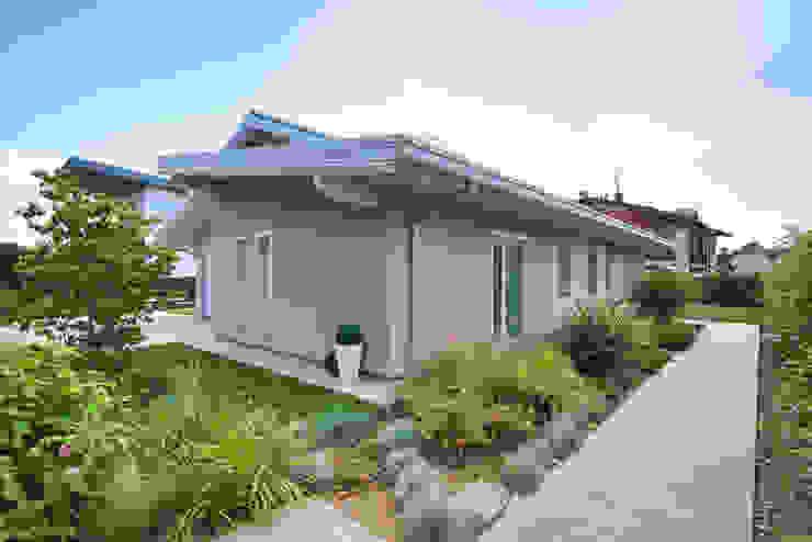 Casa Amadei Case moderne di Legnocamuna Case Moderno