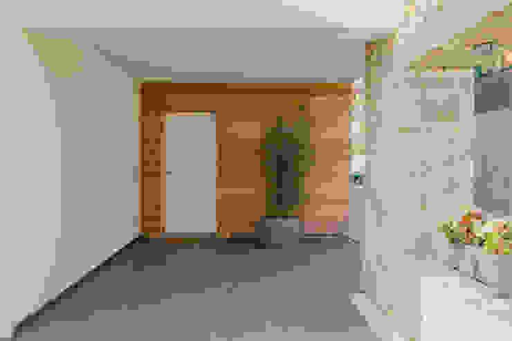 Villa Bergamo Ingresso, Corridoio & Scale in stile moderno di Legnocamuna Case Moderno