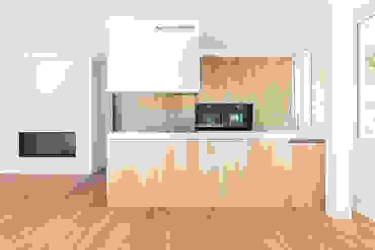 Küche mit Fronten in Kastanie von Portmann + Meier AG Modern Holz Holznachbildung