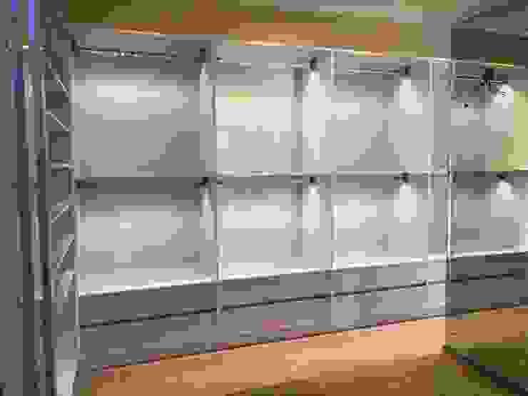 Alejandra Zavala P. Moderne Ankleidezimmer Holz-Kunststoff-Verbund Weiß