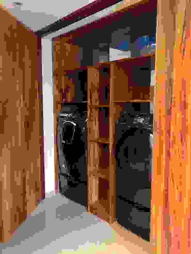 DISEÑO Y DECORACION DE INTERIORES EXCLUSIVO DEPARTAMENTO Alejandra Zavala P. Vestidores modernos Madera maciza Acabado en madera