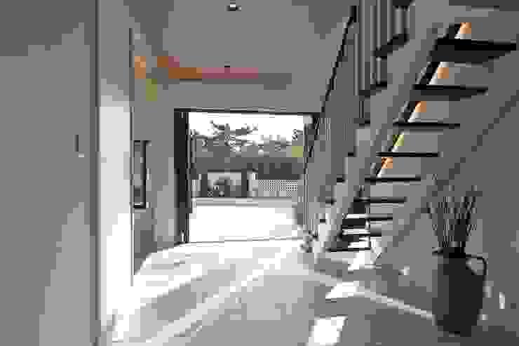 PROSPERDESIGN ARCHITECT OFFICE/プロスパーデザイン Pasillos, vestíbulos y escaleras de estilo moderno Azulejos Blanco