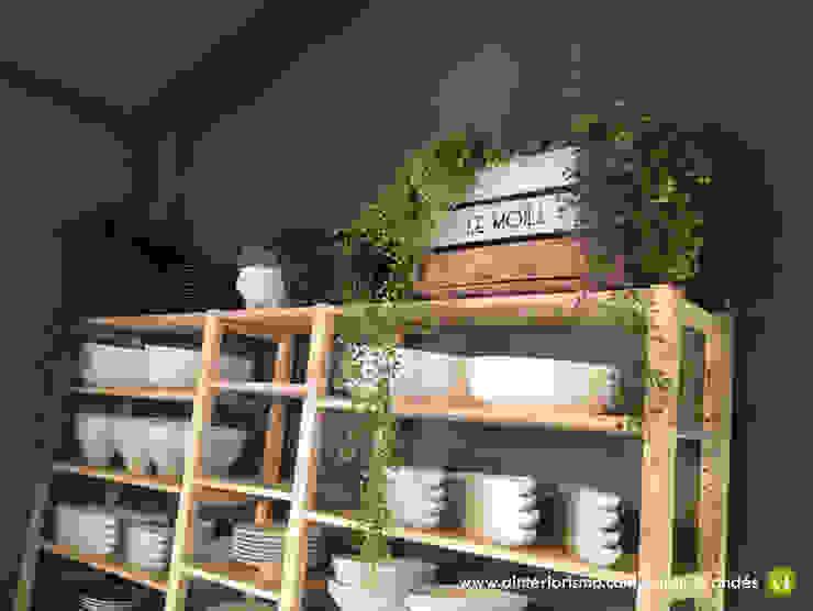 Organizar el espacio. Estanterías al aire. A interiorismo by Maria Andes Gastronomía de estilo industrial Madera maciza Gris