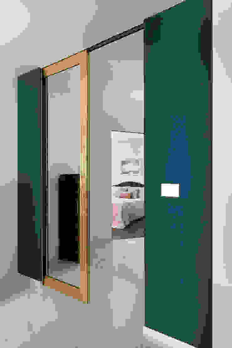 CASA C&C Ingresso, Corridoio & Scale in stile moderno di Andrea Orioli Moderno Alluminio / Zinco