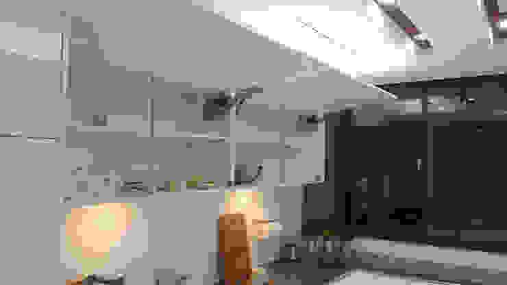 緩衝上掀門(隨意停) 現代廚房設計點子、靈感&圖片 根據 微.櫥設計/We.Design Kitchen 現代風