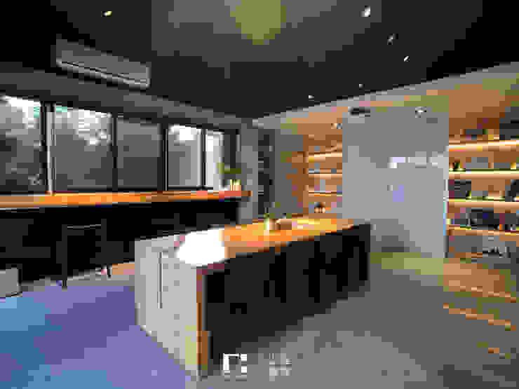 Minimalistyczne domowe biuro i gabinet od 上埕建築 Minimalistyczny