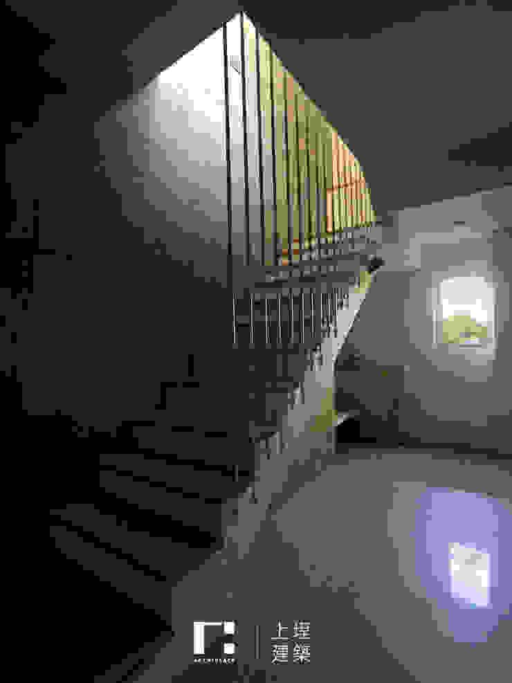 Minimalistyczny korytarz, przedpokój i schody od 上埕建築 Minimalistyczny