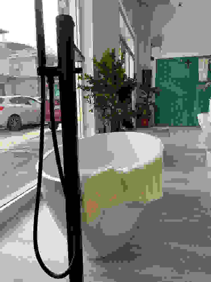 Bagno completo con mobile in legno e ocritech , vasca , sanitari e accessori in legno F.lli Granato s.r.l. BagnoBagno di servizio Metallo