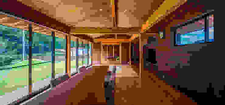 御嵩の平屋 梶浦博昭環境建築設計事務所 和風デザインの リビング