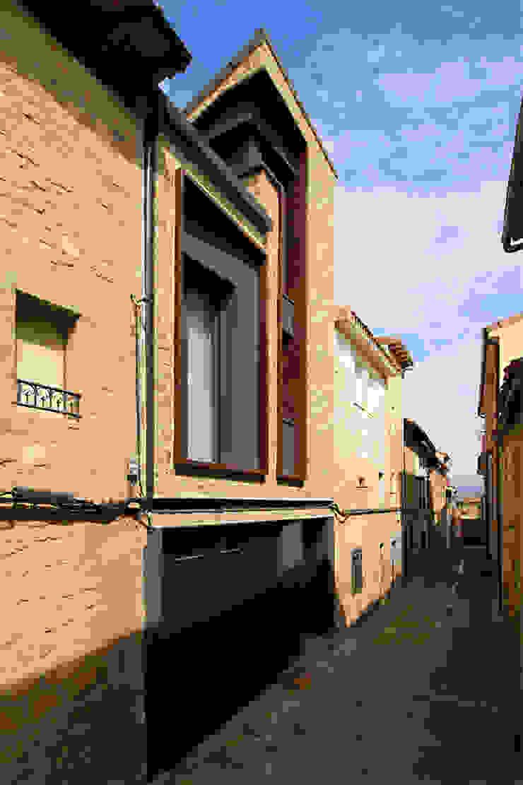 Wiejskie okna i drzwi od Rafael Hernáez Loza AITEC Proyectos Wiejski