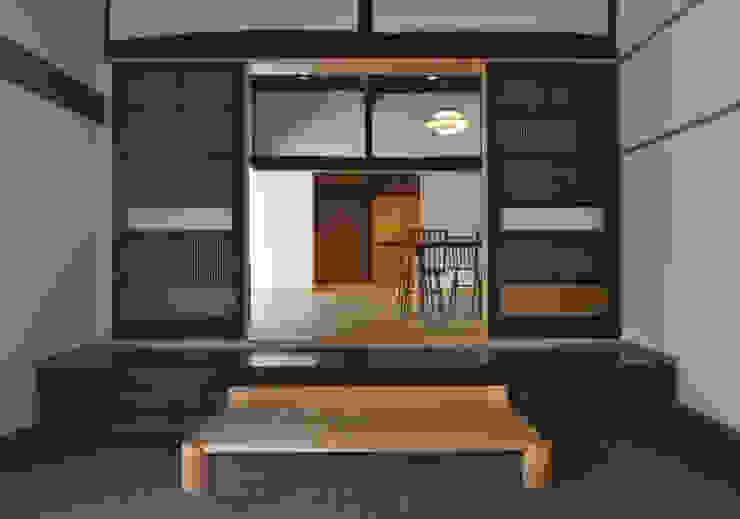 玄関土間から新しいリビングをみる (株)独楽蔵 KOMAGURA オリジナルスタイルの 玄関&廊下&階段
