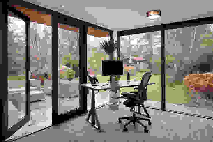 aanbouw kantoor aan woonhuis robin hurts architect Moderne studeerkamer Hout