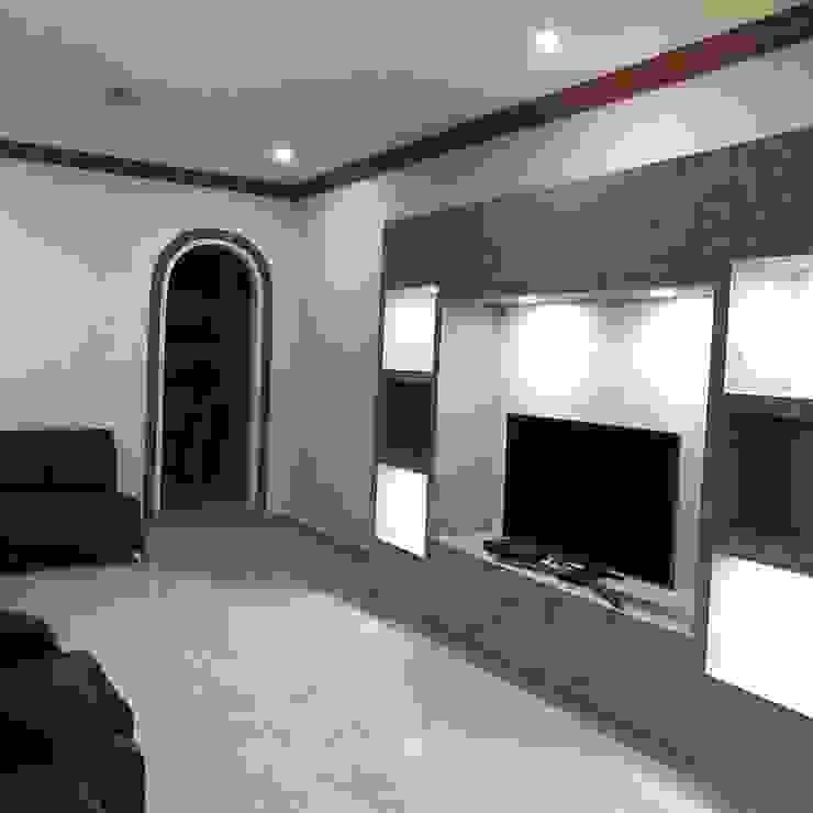 Proyecto Remodelación Family Room Antes y Despues AR216 Salas multimedia clásicas Ladrillos Blanco