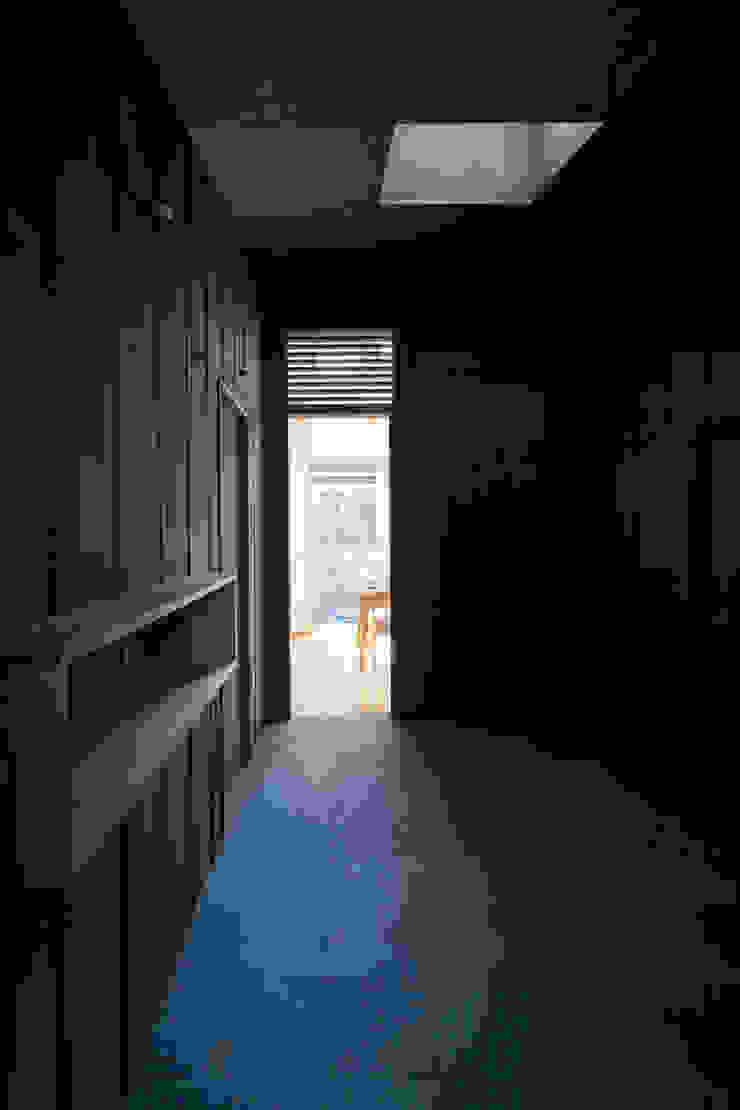 HAN環境・建築設計事務所 Modern Corridor, Hallway and Staircase Black