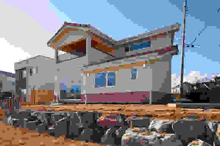 높은 단독주택단지의 북유럽 스타일의 목조주택 -주택외관 by 위드하임 북유럽