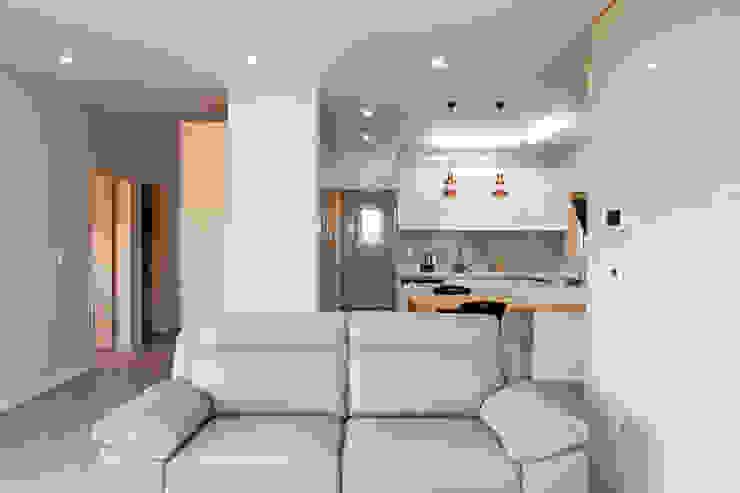 전체적으로 톤을 맞춘 거실의 아트월과 주방 스칸디나비아 거실 by 위드하임 북유럽