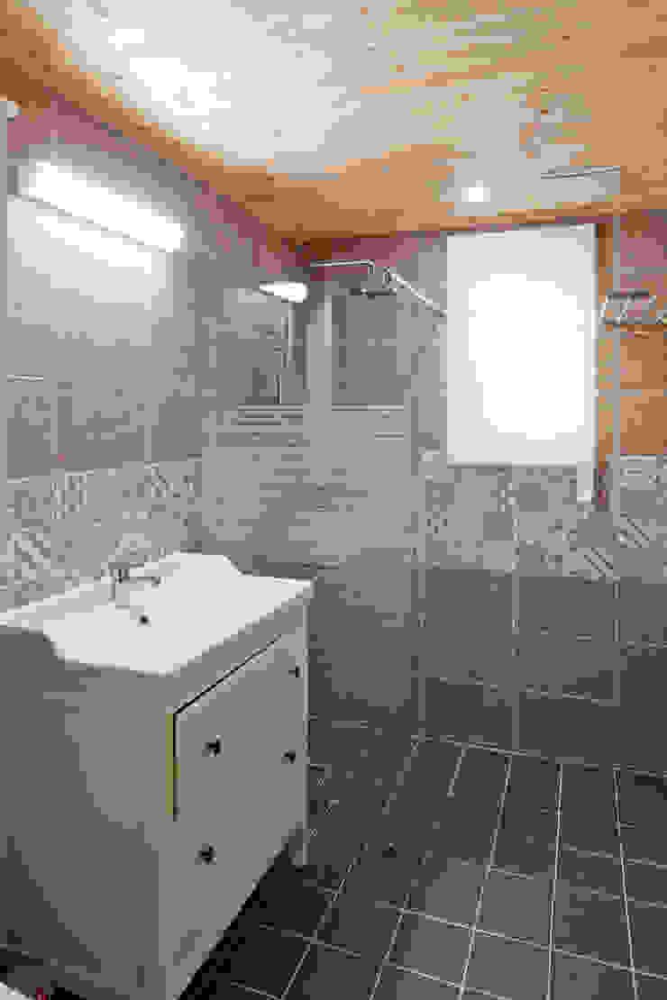 포인트 타일을 사용하여 고급스러움을 표현한 2층의 욕실 스칸디나비아 욕실 by 위드하임 북유럽