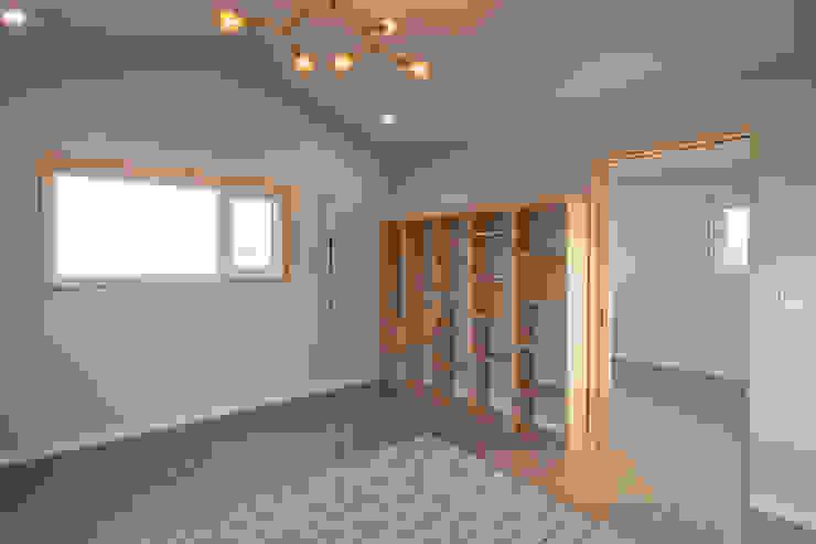 2층의 침실과 드레스룸 스칸디나비아 침실 by 위드하임 북유럽