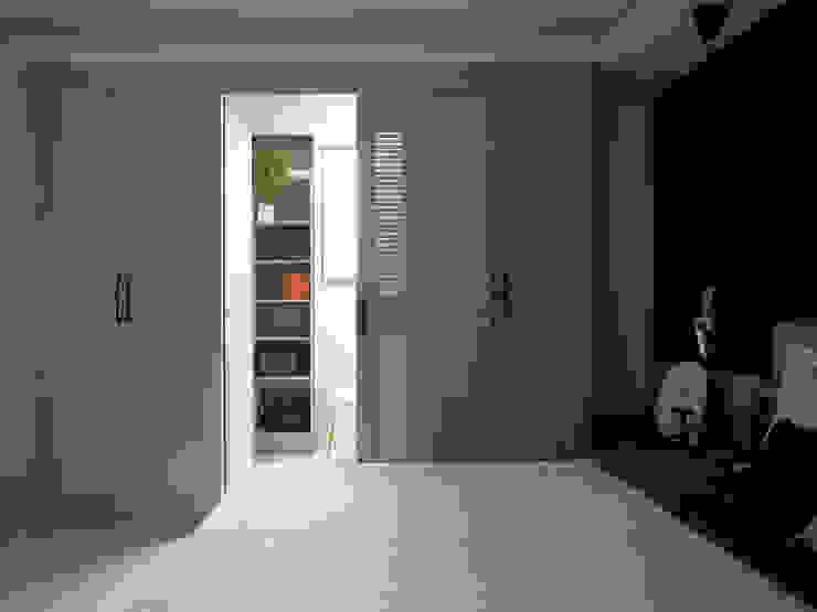 漢玥室內設計 Spogliatoio in stile scandinavo Grigio