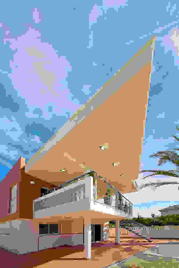 Fachada principal vivienda unifamiliar. Voladizo sobre terraza. de Barreres del Mundo Architects. Arquitectos e interioristas en Valencia. Moderno