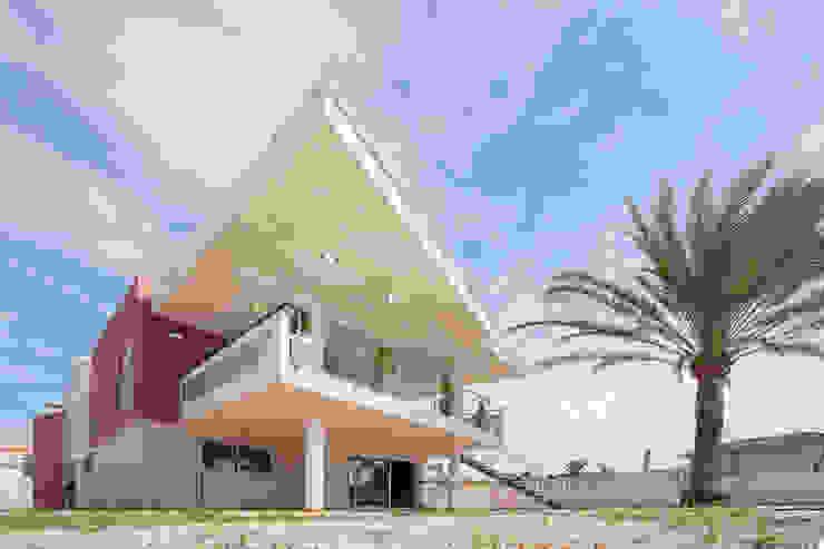 Fachada trasera. Terraza cubierta. de Barreres del Mundo Architects. Arquitectos e interioristas en Valencia. Moderno