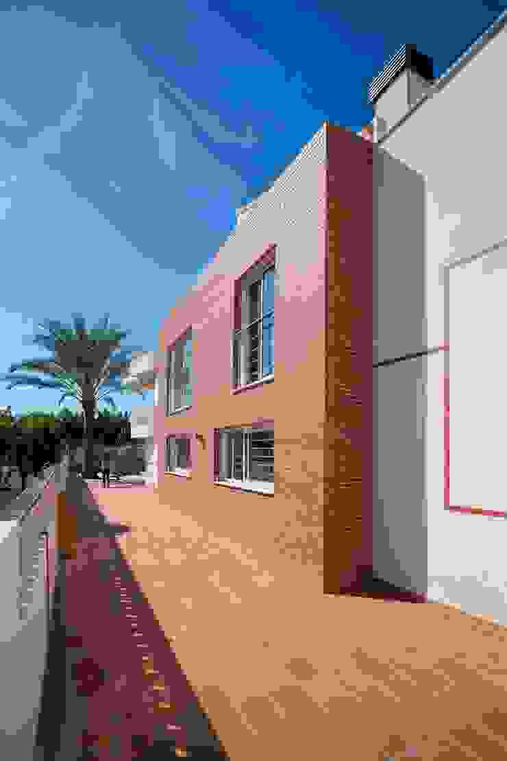 Rehabilitación de fachada. Aplacado cerámico. de Barreres del Mundo Architects. Arquitectos e interioristas en Valencia. Moderno