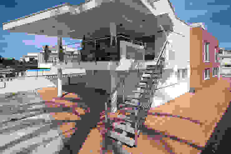 Rehabilitación fachada trasera vivienda unifamiliar. de Barreres del Mundo Architects. Arquitectos e interioristas en Valencia. Minimalista