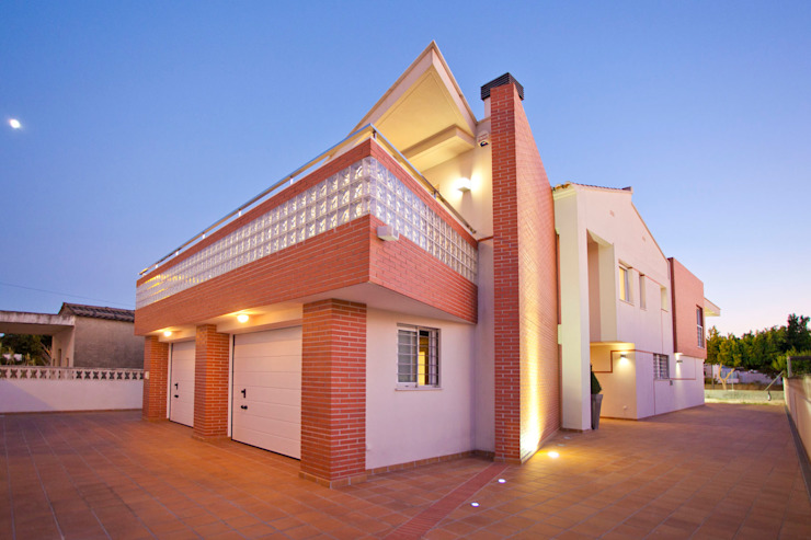 Rehabilitación integral de fachada en vivienda unifamiliar. de Barreres del Mundo Architects. Arquitectos e interioristas en Valencia. Moderno